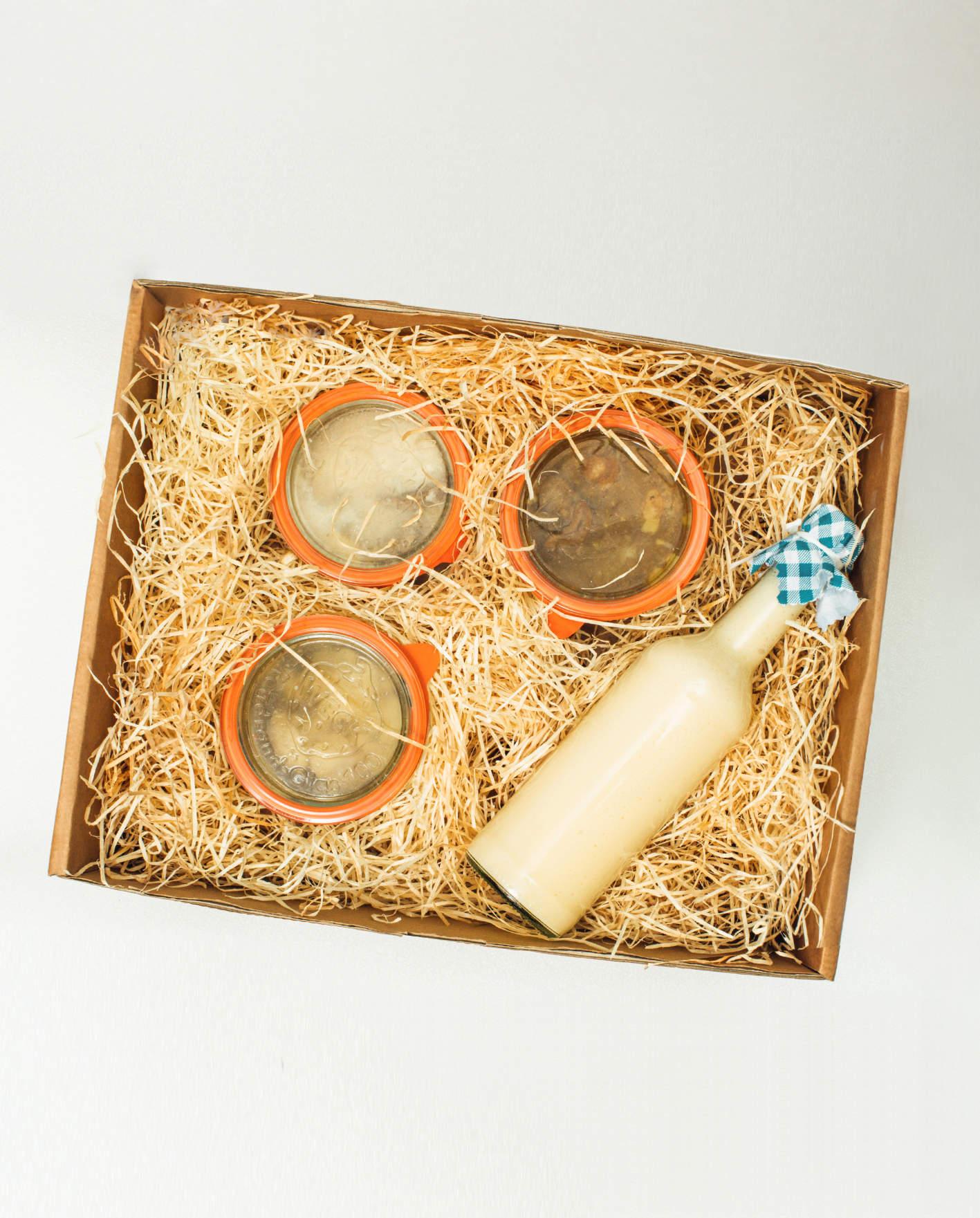 Wurst und Hausmannskost in einer Box zum Verschenken an Weihnachten für Oma oder Opa