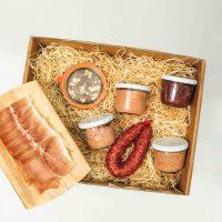 Geschenkebox Frühstücksfreude mit allem, was es für ein deftiges Frühstück so braucht.