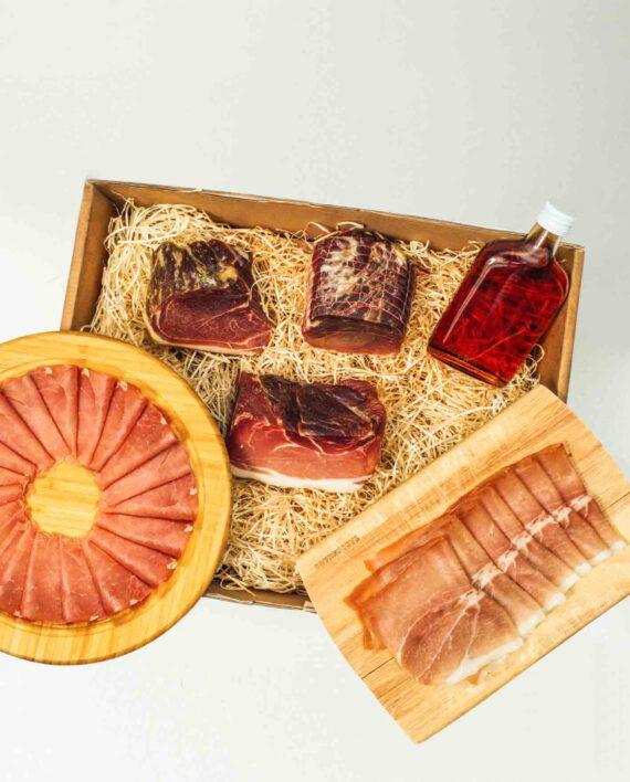 Die Wurstbox mit fünf verschiedenen Schinkensorten, verpackt in einem Paket und bis vor die Haustür geliefert.
