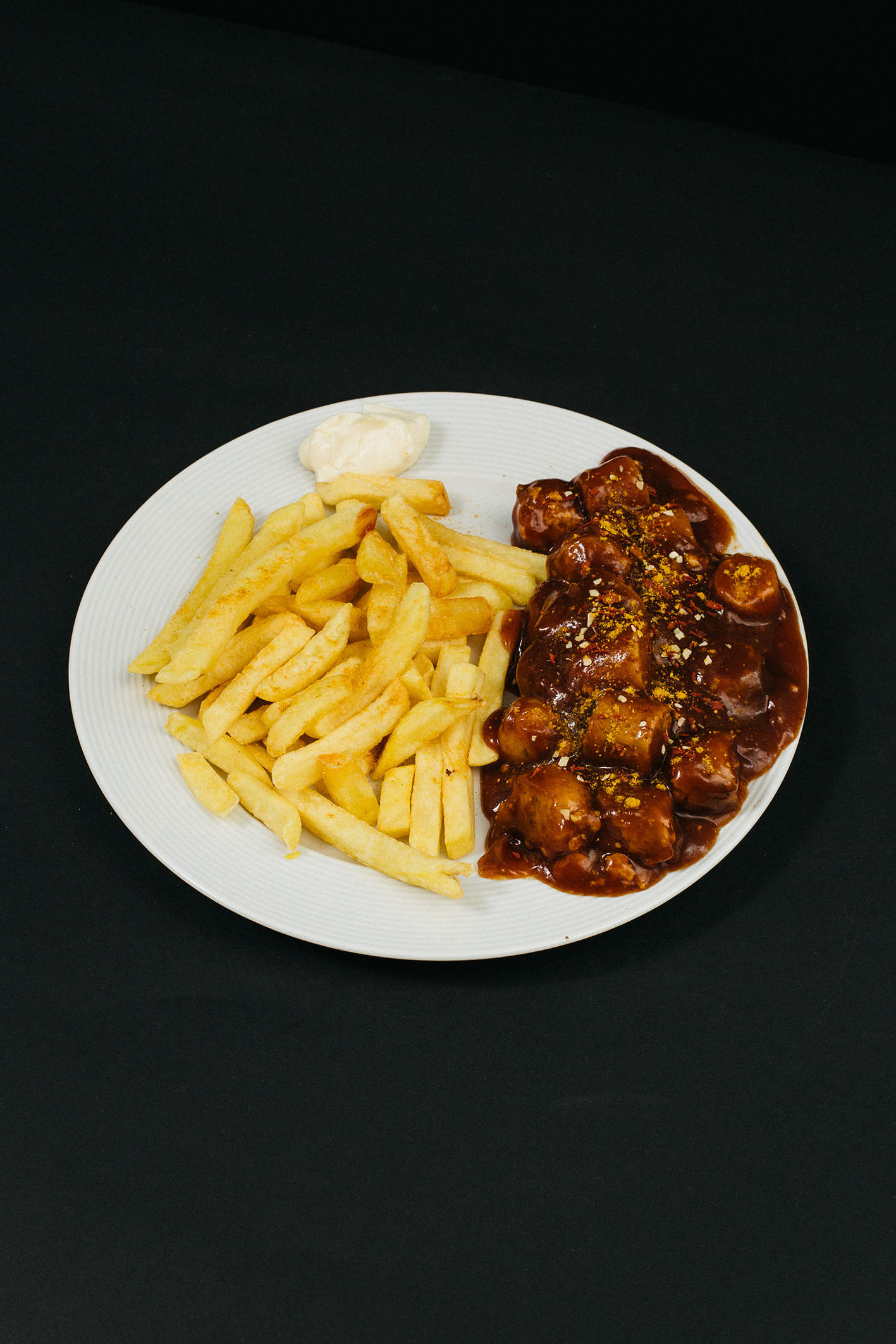 Geflügelcurrywurst mit Pommes. Die Alternative ohne Schweinefleisch.
