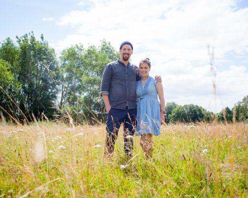 Lina und Hinrich auf einer Wiese und mitten in der Natur