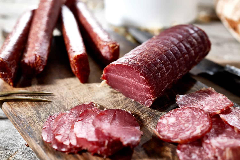 Lachs angeschnitten, Pfefferbeißer und Salami aus Wild von Wilder Heinrich
