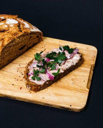Zwiebelmettwurst auf dem Brot