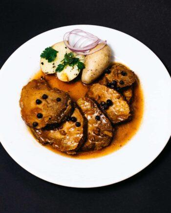 Sauerbraten aus Rindfleisch mit Sauce und Kartoffeln