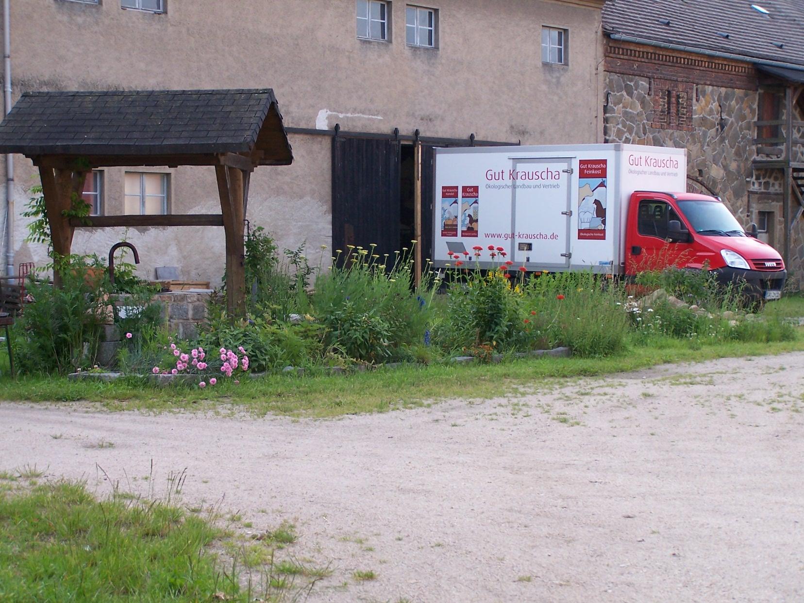 Lieferwagen von Gut Krauscha fährt von Hof ab